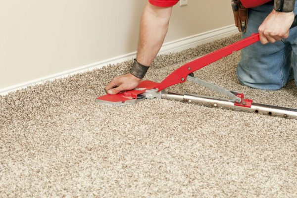 Installing-Wall-to-Wall-Carpet-with-Stretcher-171270824-56a4a1135f9b58b7d0d7e587